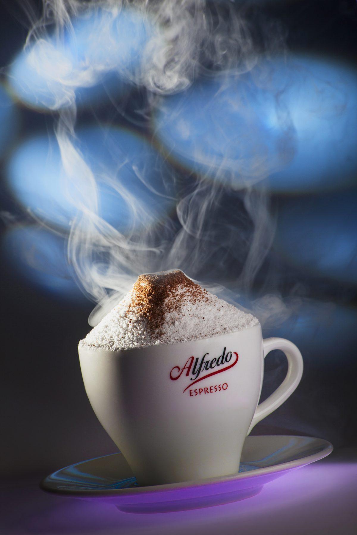 Zdjęcie reklamowe produktowe, aranżowane. Filiżanka kawy.