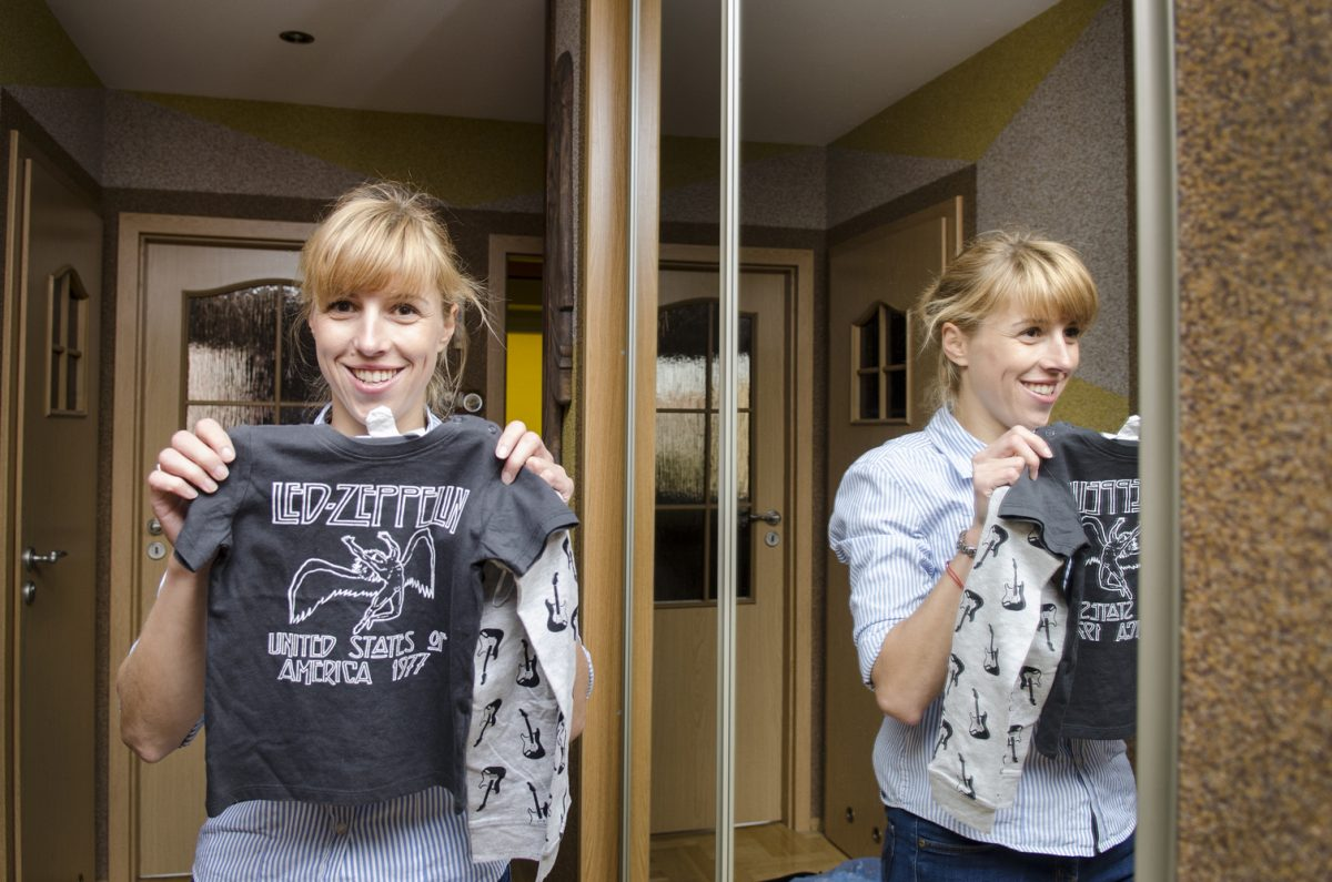 Fotografia reportażowa - dziecko z koszulką