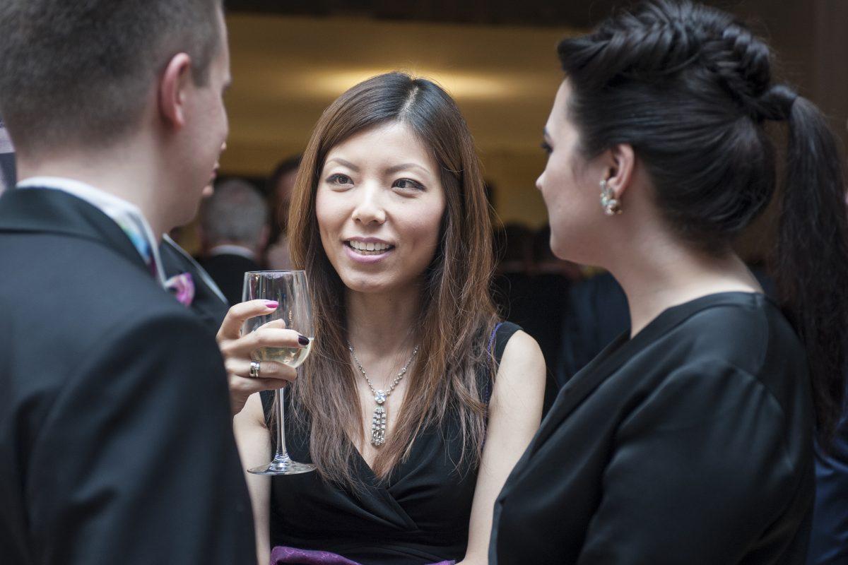 Fotografia reportażowa - rozmowy podczas cocktail party na gali biznesu