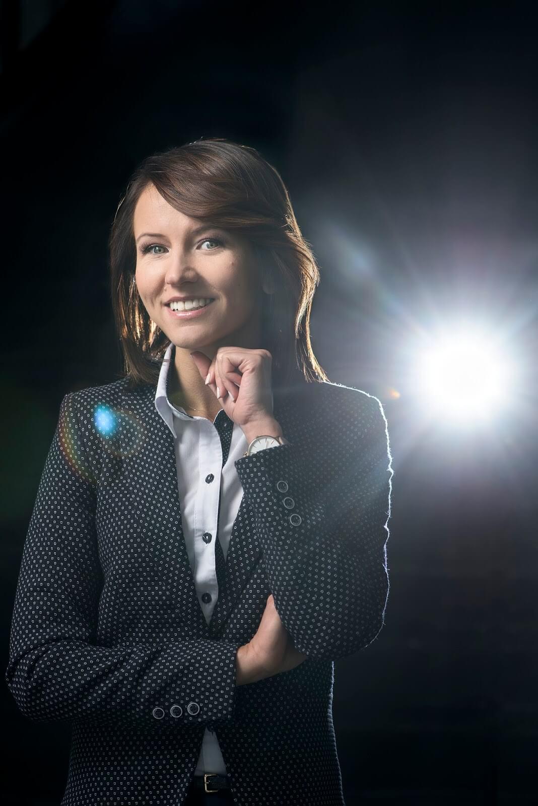 Zdjęcie wizerunkowe - kobieta w stroju biznesowym