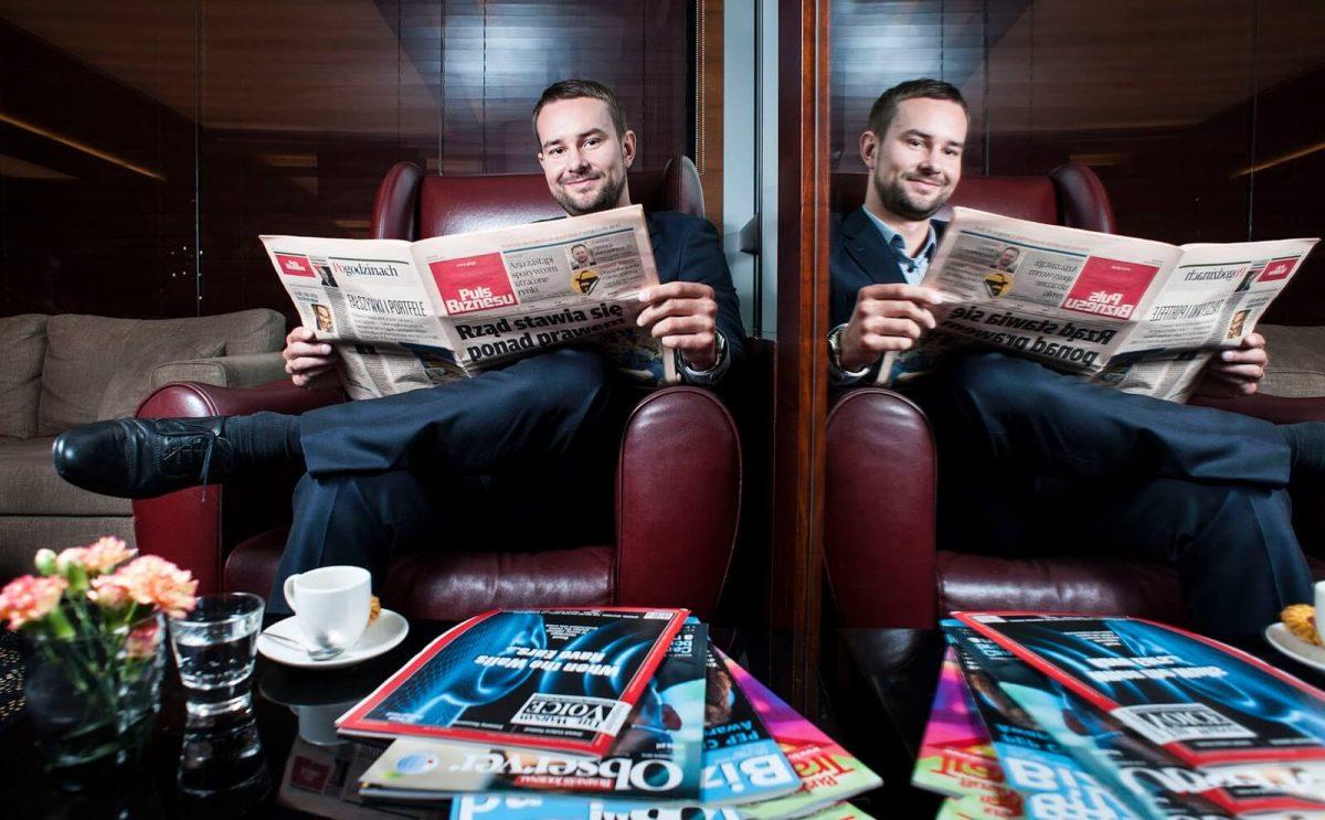 Fotografia wizerunkowa - biznesmen czytający gazetę